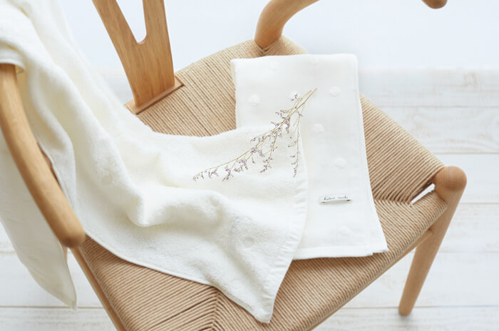 椅子の上に置かれたタオル